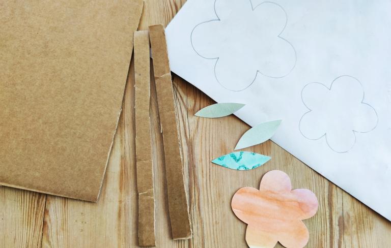 blomst av papp, plastkork og malte ark