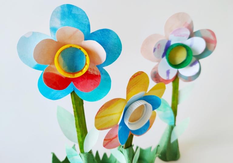 blomster av gjenbruksmaterialer