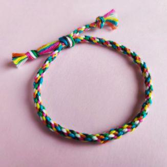armbånd av flettet bånd med sju tråder